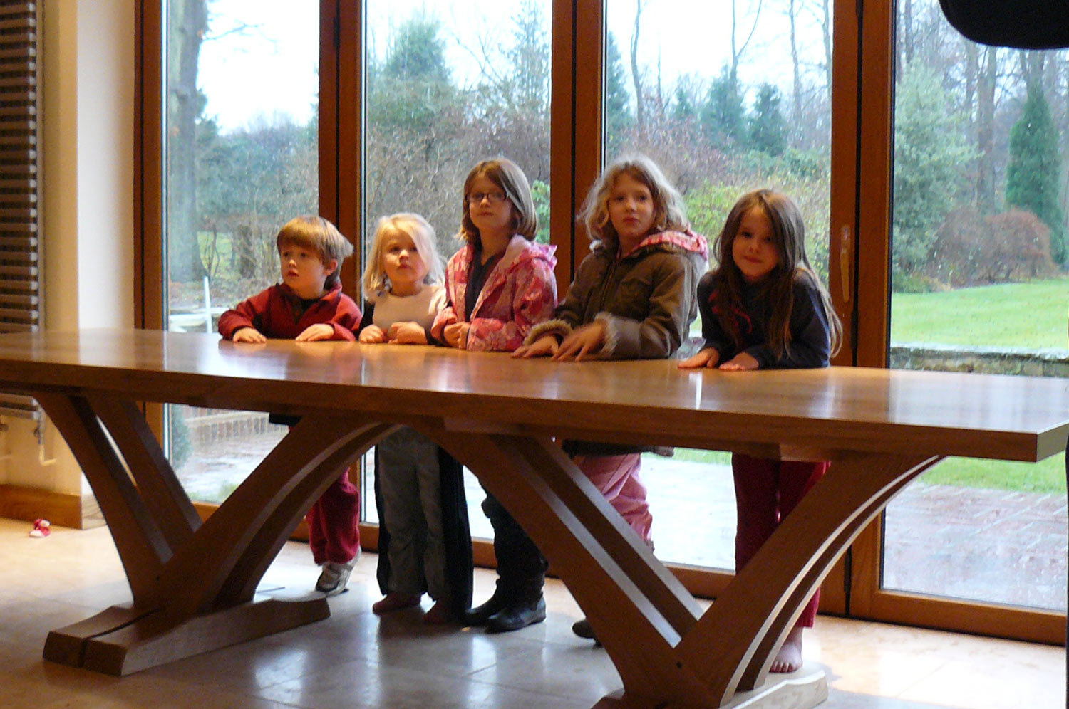 Arches table with children